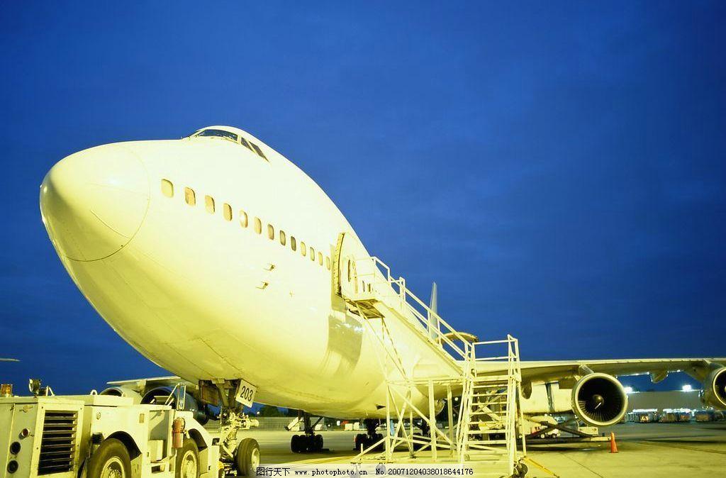 客机 航空 机场 飞机 夜晚 现代科技 交通工具 民用飞机 摄影图库